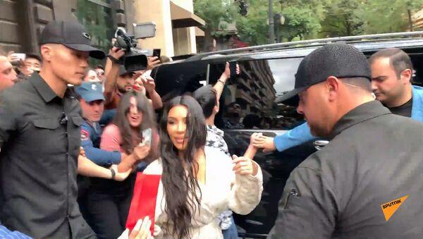 Фанаты встречают Ким Кардашьян на выходе из гостиницы в Ереване - Sputnik Армения