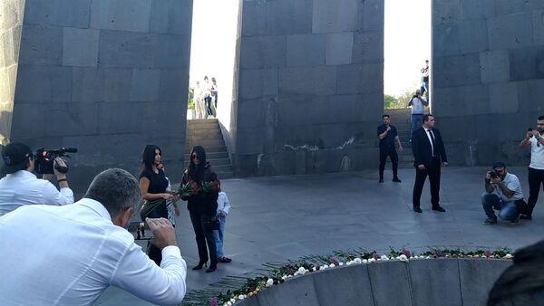 Ким и Кортни Кардашян вместе с детьми посетили Цицернакаберд (8 октября 2019) Ереван - Sputnik Армения