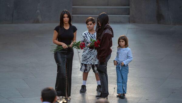 Ким Кардашьян посетила мемориальный комплекс Цицернакаберд (8 октября 2019). Ереван - Sputnik Армения