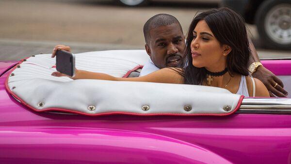 Ким Кардашьян делает селфи со своим мужем, рэп-певцом Канье Уэстом (4 мая 2016). Гавана - Sputnik Արմենիա