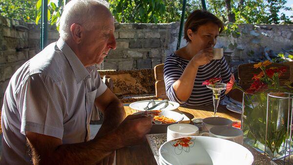 Хозяева мини-отеля Масур Сейран Чобанян и Гаяне Нерсисян едят сладкий суп из шиповника Масрамацун - Sputnik Արմենիա