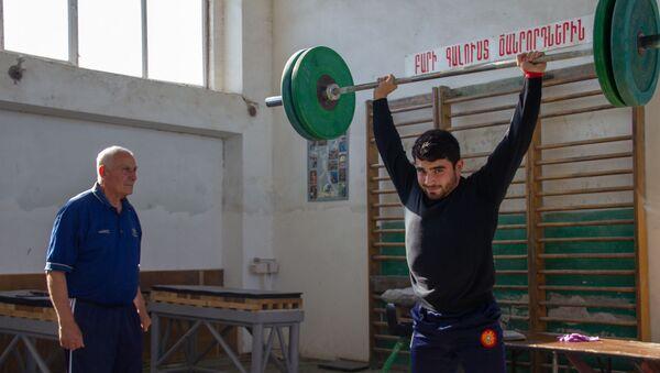 Заслуженный тренер по тяжелой атлетике Феликс Алиев наблюдает за тренировкой Карена Маркаряна - Sputnik Армения