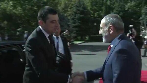 Поздоровались по-русски: Гахария и Пашинян встретились в Ереване - Sputnik Армения