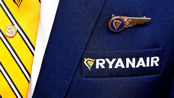 Логотип авиакомпании Ryanair на пиджаке члена экипажа - Sputnik Արմենիա