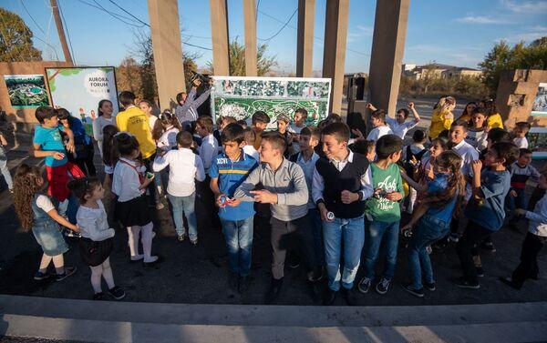 Дети у схемы будущего парка Дружбы перед церемонией презентации парка (17 октября 2019). Гюмри - Sputnik Армения