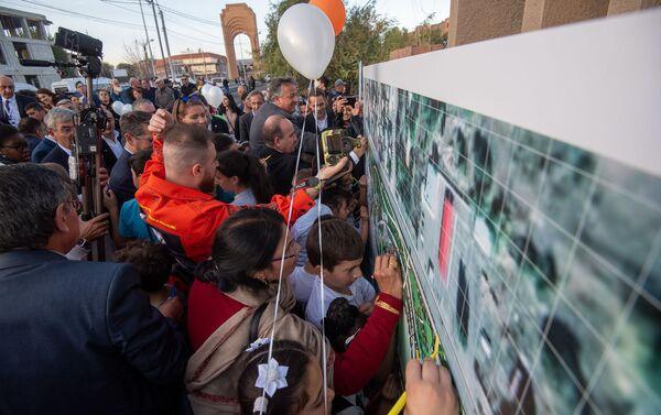 Гости и участники церемонии раскрашивают схему будущего парка Дружбы (17 октября 2019). Гюмри - Sputnik Армения