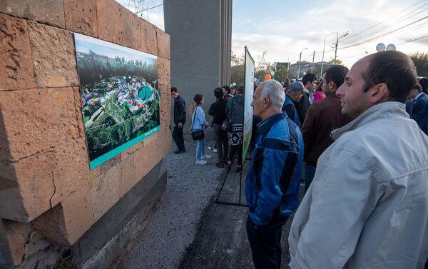 Горожане изучают 3D макет будущего парка Дружбы после церемонии презентации парка (17 октября 2019). Гюмри - Sputnik Армения