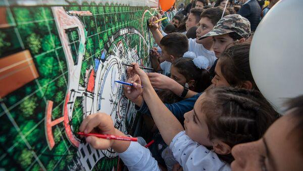 Гости и участники церемонии раскрашивают схему будущего парка Дружбы (17 октября 2019). Гюмри - Sputnik Արմենիա