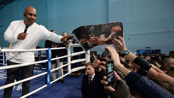 Боксёр Майк Тайсон во время открытого мастер-класса по боксу во Дворце игровых видов спорта (25 февраля 2018). Екатеринбург - Sputnik Армения