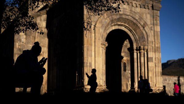 Туристы на территории монастыря Татев в Сюникской области Армении. - Sputnik Армения