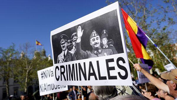 Протестующий несет баннер с изображениями Гитлера и Франко во время протеста перед Верховным судом Мадрида, призывая правительство запретить захоронение испанского диктатора Франсиско Франко в Соборе Альмудена (24 сентября 2019). Мадрид - Sputnik Արմենիա