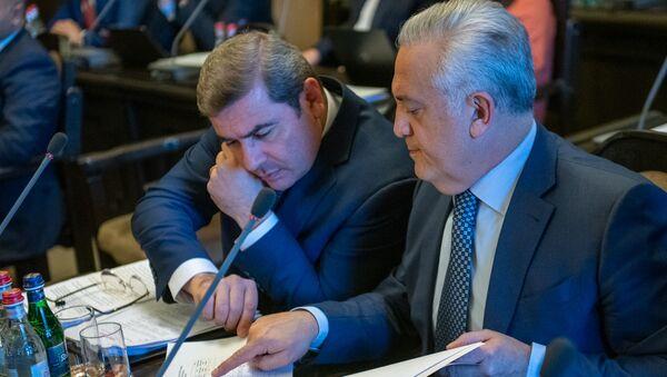Председатель КГД Давид Ананян беседует с главой Центрального Банка Артуром Джавадяном перед началом заседания правительства Армении (24 октября 2019). Еревaн - Sputnik Արմենիա
