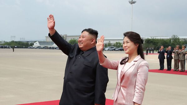 Северокорейский лидер Ким Чен Ын с супругой Ри Соль Чжу прощаются с президентом Китая Си Цзиньпином и его супругой Пэн Лиюань (21 июня 2019). Пхеньян  - Sputnik Армения