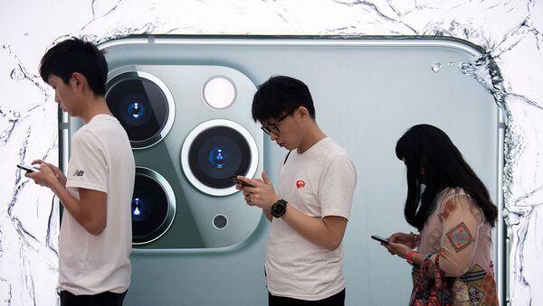 Люди стоят в очереди, чтобы опробовать новый смартфон iPhone 11 Pro (20 сентября 2019). Гонконг - Sputnik Արմենիա