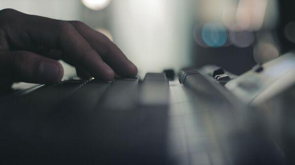Пользователь за компьютером печатает на клавиатуре - Sputnik Армения
