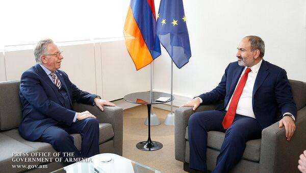 Премьер-министр Никол Пашинян встретился с председателем Венецианской комиссии Совета Европы Джанни Букиккио (11 апреля 2019). Страсбург - Sputnik Армения