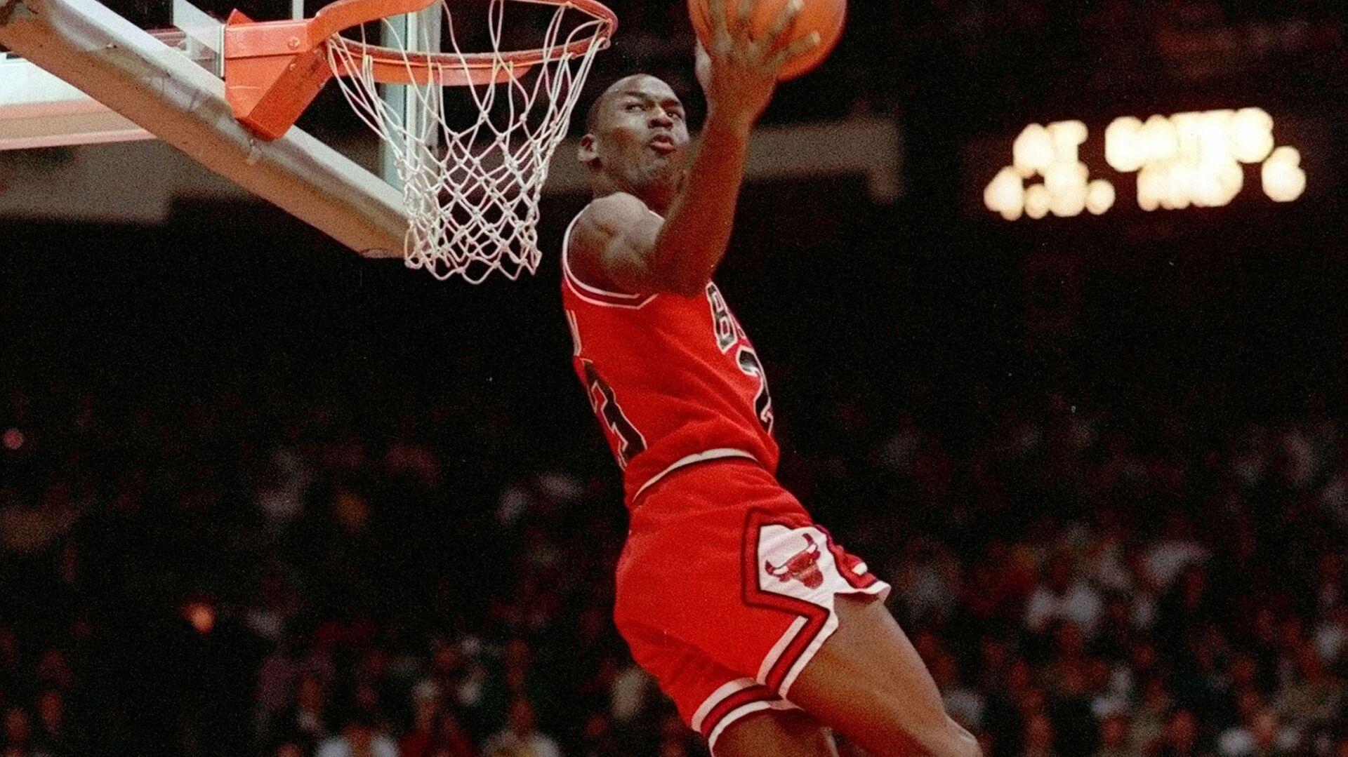 Майкл Джордан забивает слэм-данк в прыжке, 1988 - Sputnik Армения, 1920, 26.09.2021