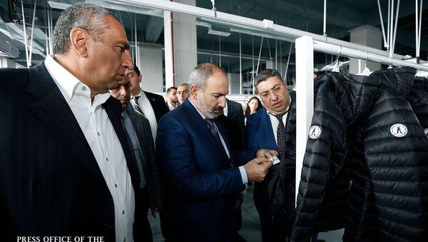 Премьер-министр Никол Пашинян на открытии новых фабрик по пошиву одежды (1 ноября 2019). Еревaн - Sputnik Армения