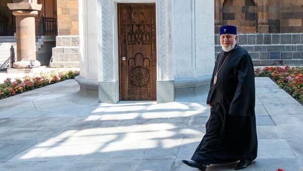 Католикос Гарегин Второй во внутреннем дворике отреставрированной резиденции Католикоса - Sputnik Արմենիա