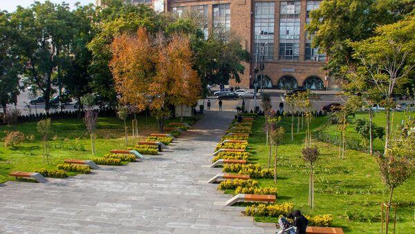 Сад перед зданием Ереванcкого цирка - Sputnik Արմենիա