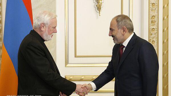 Премьер-министр Никол Пашинян встретился с секретарем по отношениями с государствами Ватикана Полом Галлагером (9 ноября 2019). Еревaн - Sputnik Армения