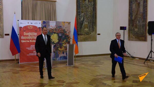 Лавров открыл в Ереване выставку к 75-летию Победы - Sputnik Армения