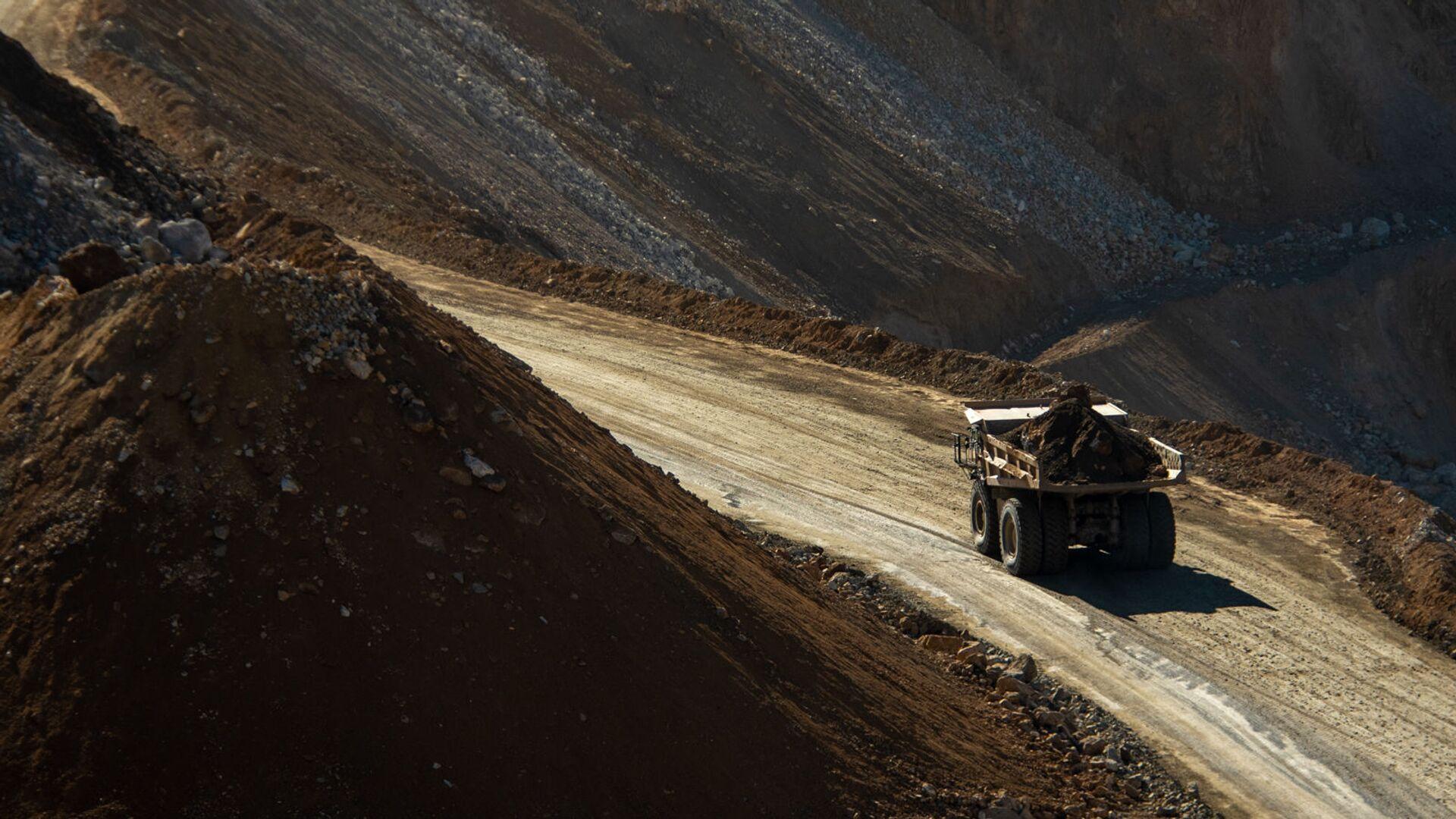 Грузовой автомобиль на руднике Зангезурского медно-молибденового комбината - Sputnik Արմենիա, 1920, 15.07.2021