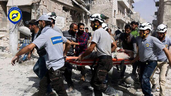 Спасатели перемещают жертву с места авиаударов в районе Аль-Сахур повстанческой части восточного Алеппо (21 сентября 2016). Сирия - Sputnik Армения