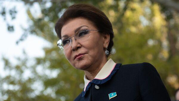 Председатель Сената парламента Казахстана Дарига Назарбаева во дворе парламента Армении (14 ноября 2019). Еревaн - Sputnik Армения