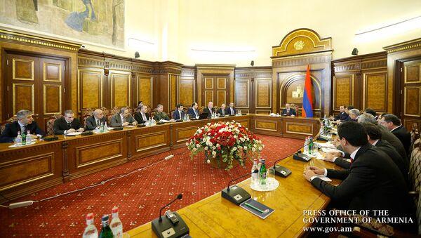 Заседание военно-промышленного комитета Армении под председательством премьер-министра Никола Пашиняна (14 ноября 2019). Еревaн - Sputnik Армения