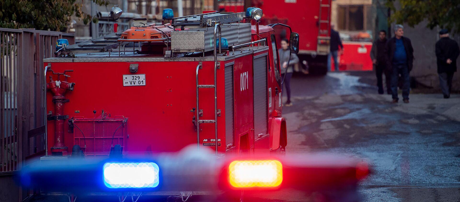 Пожарные и полицейские автомобили на месте возгорания дома на улице Демирчяна (9 ноября 2019). Еревaн - Sputnik Արմենիա, 1920, 31.08.2021