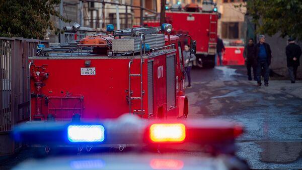 Пожарные и полицейские автомобили на месте возгорания дома на улице Демирчяна (9 ноября 2019). Еревaн - Sputnik Армения