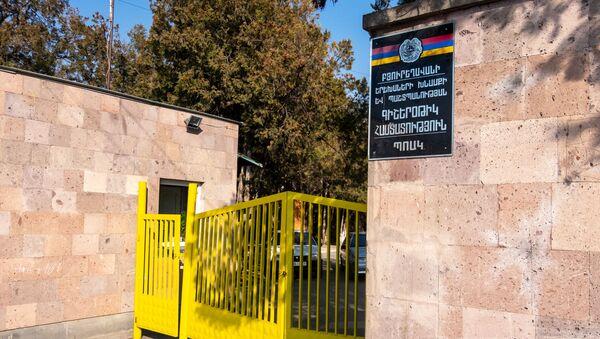 Ворота интерната, где учились двое из погибших от угарного газа детей - Sputnik Արմենիա
