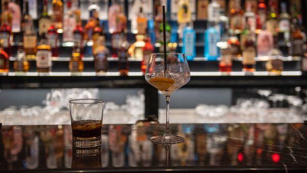 Бокал с коктейлем на барной стойке - Sputnik Արմենիա