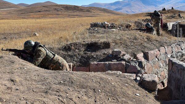 Армянские военнослужащие на учениях по стрельбе - Sputnik Արմենիա