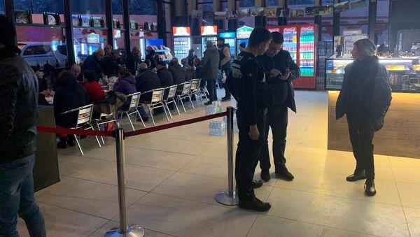Сотрудники посольства Армении в Грузии доставили необходимую помощь гражданам Армении (23 ноября 2019). КПП «Верхний Ларс» - Sputnik Արմենիա