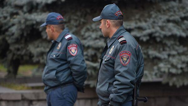 Полицейские перед входом в СНБ во время акции протеста гражданской инициативы Рестарт (25 ноября 2019). Еревaн - Sputnik Армения