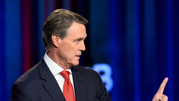 Кандидат в сенаторы США Дэвид Пердью участвует в дебатах в студии Общественного вещания штата Джорджия (26 октября 2014). Атланта - Sputnik Армения
