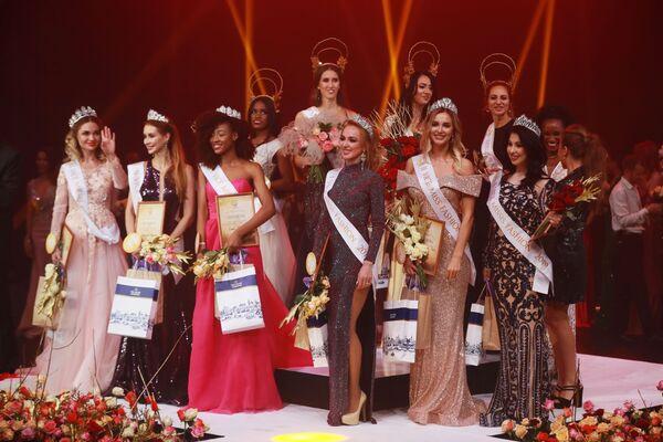 Участницы во время церемонии награждения финала международного конкурса Miss Fashion 2019  GODDESS OF THE UNIVERSE в концертном зале Vegas City Hall в Москве - Sputnik Армения