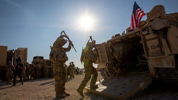 Члены экипажа входят в боевые машины Брэдли на военной базе США (11 ноября 2019). Сирия - Sputnik Արմենիա