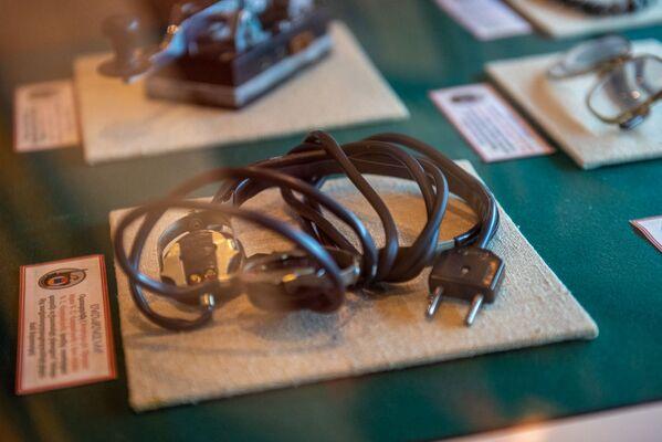 Ականջակալներ, որ Վարդանյաններն օգտագործել են արտերկրում գաղտնի աշխատանքի ընթացքում` Կենտրոնից ռադիոհաղորդումներ ընդունելիս - Sputnik Արմենիա