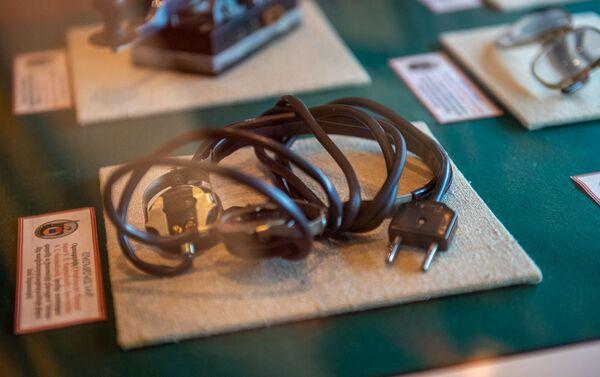 Գոհար և Գևորգ Վարդանյանների ականջակալերը, որը Վարդանյան ամուսինները օգտագործել են գաղտնի աշխատանքի ընթացքում` Կենտրոնից ռադիոհաղորդագրությունների ընդունման նպատակով - Sputnik Արմենիա