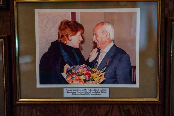 Գևորգ Վարդանյանը Մեծ Բրիտանիայի վարչապետ Ուինսթոն Չերչիլի թոռնուհի Սիլիա Սանդիսի հետ 2007թ–ին։ Կինը հատուկ հանդիպել է հայ հետախույզի հետ` 1943թ–ին Թեհրանում պապի կյանքը փրկելու համար նրան շնորհակալություն հայտնելու նպատակով։   - Sputnik Արմենիա