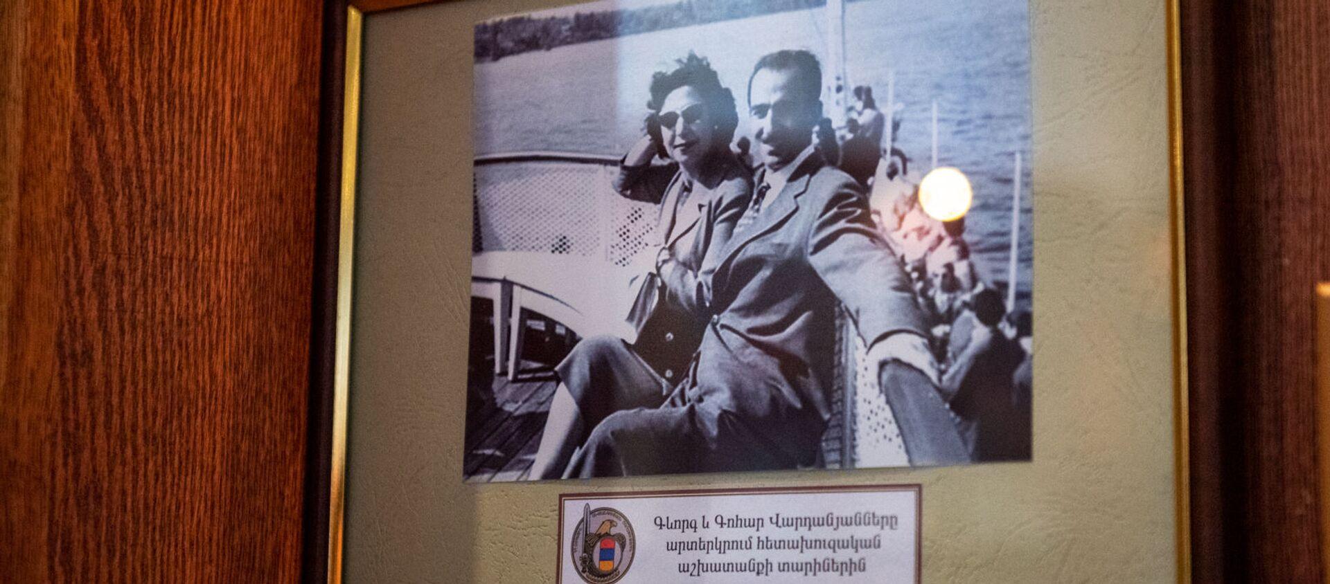 Фотография Геворка и Гоар Вартанян в музее СНБ Армении - Sputnik Արմենիա, 1920, 10.01.2020