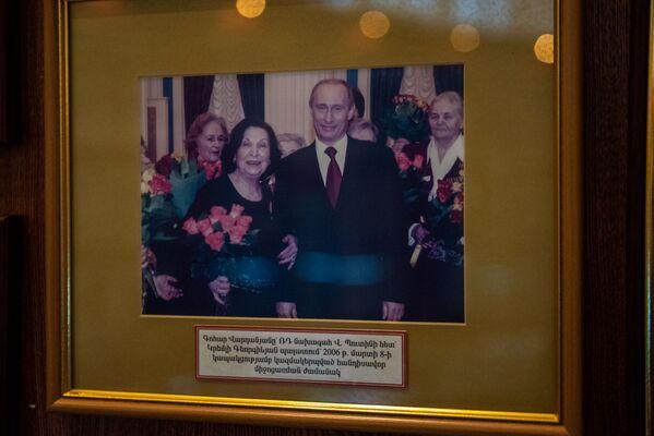 Գոհար Վարդանյանը 2006թ–ի մարտի 8-ին ՌԴ նախագահ Վլադիմիր Պուտինի հետ, Կրեմլի Գեորգիևյան պալատում կազմակերպված հանդիսավոր միջոցառման ժամանակ։  - Sputnik Արմենիա