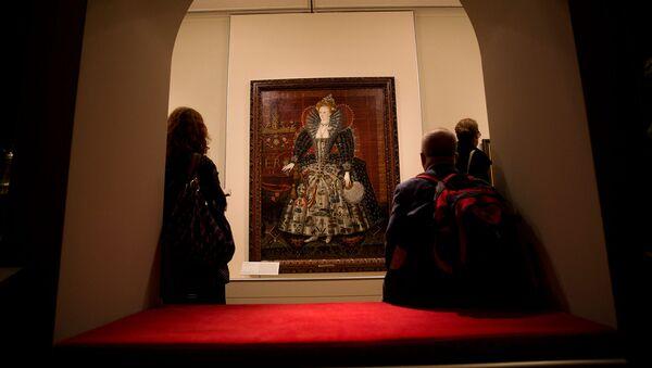 Посетители у портрета британской королевы Елизаветы I во время пресс-конференции для выставки Елизавета I и ее народ в Национальной портретной галерее (9 октября 2013). Лондон - Sputnik Արմենիա