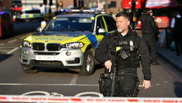 Полицейский на Лондонском мосту после инцидента (29 ноября 2019). Лондон - Sputnik Армения