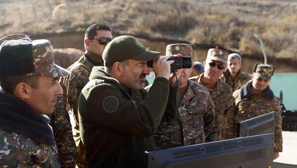 Премьер-министр Армении Никол Пашинян побывал на оборонительных позициях в Нагорном Карабахе  - Sputnik Արմենիա