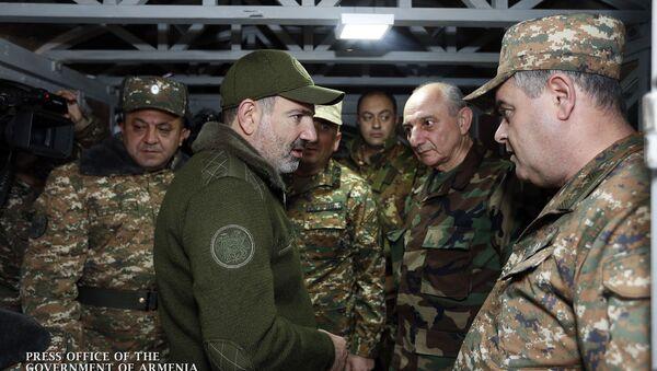 Премьер-министр Армении Никол Пашинян и президент Карабаха Бако Саакян побывали на оборонительных позициях в Нагорном Карабахе - Sputnik Արմենիա