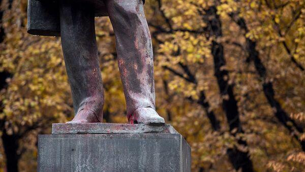 Фрагмент памятника Александру Грибоедову на утро после акта вандализма (3 декабря 2019). Еревaн - Sputnik Армения